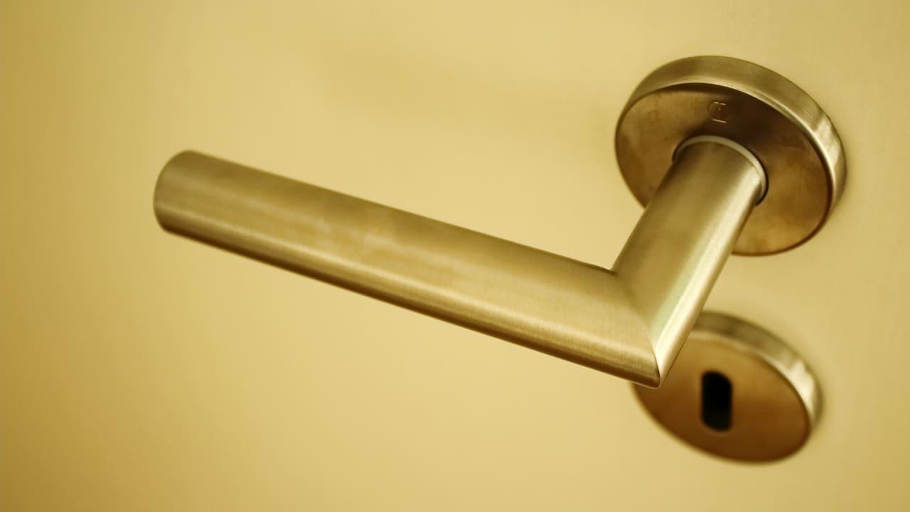 Как установить дверную ручку межкомнатных дверей